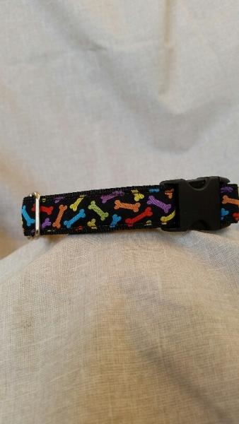Schwarzes Gurtband-Halsband mit bunten Knochen