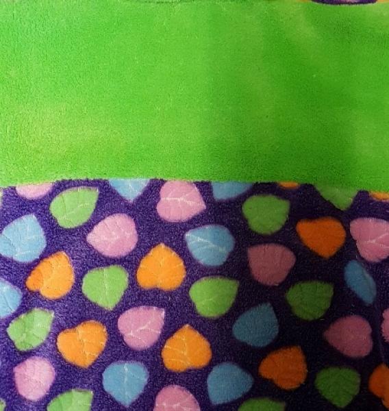Wellnessfleece Loop, lila, apfelgrün mit bunten Blättern