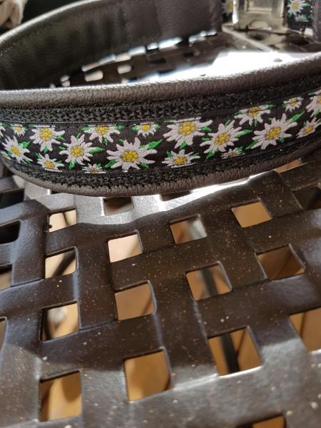Halsband Schwarz mit Edelweiß, ab Halsumfang 53 cm bis 57 cm.